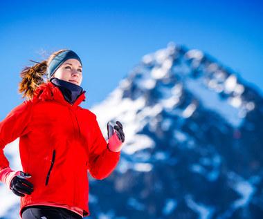 Bieg po śniegu w samych wełnianych skarpetach - dla sportu i mody