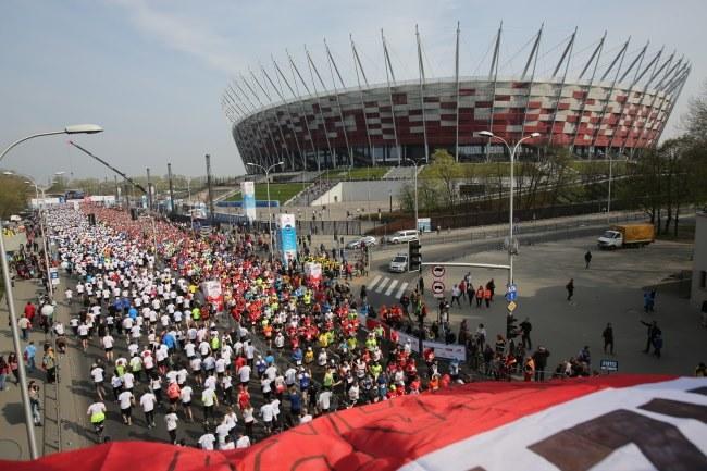 Biegacze na trasie Orlen Warsaw Marathon /Lech Muszyński /PAP