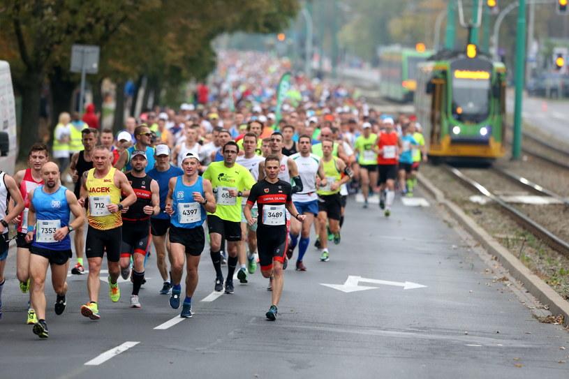 Biegacze podczas niedzielnego maratonu w Poznaniu /Jakub Kaczmarczyk /PAP