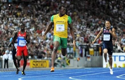 Biegnie Usain Bolt. Daleko w tle reszta stawki... /AFP