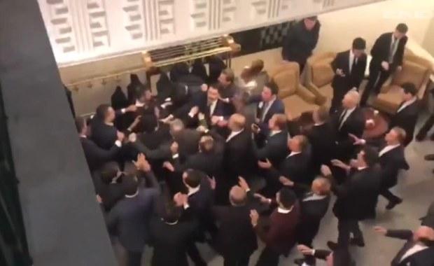 Bijatyka w tureckim parlamencie! Poszło o zmiany w prawie wyborczym