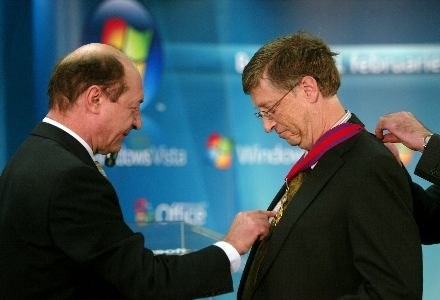 Bill Gates otrzymał od prezydenta Rumunii najwyższe odznaczenie - Order Gwiazdy Rumunii. /AFP