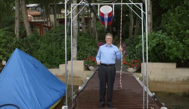 """Bill Gates - ułamek sekundy przed """"atakiem"""" Ice Bucket Challenge /materiały prasowe"""