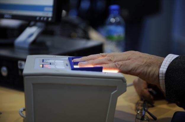 Biometryczna identyfikacja coraz śmielej wdziera się do codzienności /AFP