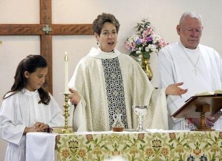 Biskup Katharine Jefferts Schori przewodniczy mszy w Episkopalnym Kościele Ducha Św. w Bullhead City /Getty Images/Flash Press Media