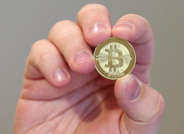Bitcoin - cyfrowa  kryptowaluta - robi furorę w niektórych krajach. W innych została jednak zakazana, jak np. w Rosji czy w Chinach /AFP
