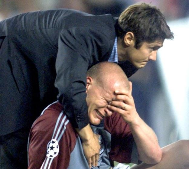 Bixente Lizarazu pociesza po meczu Carstena Janckera /AFP