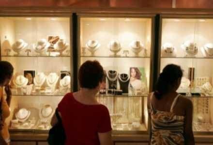 Biżuterię najlepiej oglądać samemu przed kupnem /AFP