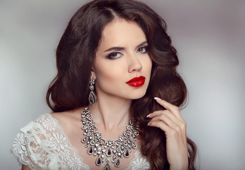 Biżuterię trzeba dopasować również do charakteru /©123RF/PICSEL