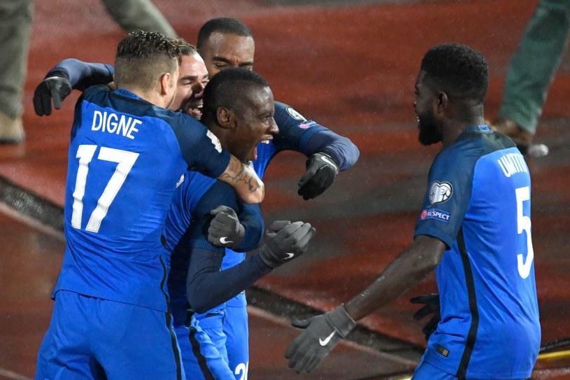 Blaise Matuidi w objęciach kolegów po strzeleniu gola /AFP