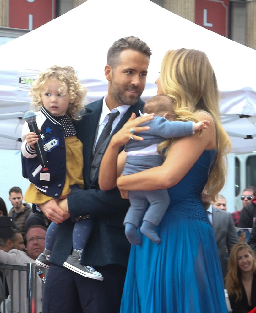 Blake Lively i Ryan Reynolds z dziećmi /Splash News /East News
