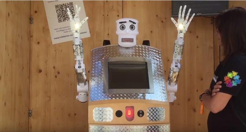 """BlessU-2 - instalacja robota, który udziela błogosławieństwa. Zrzut ekranu z filmu: Experiment BlessU-2 / Interactive Installation (""""Blessing Robot"""") /YouTube"""
