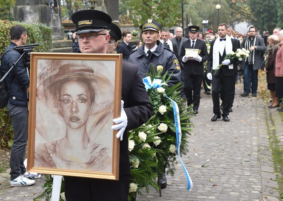 Bliscy, artyści i fani pożegnali Annę Szałapak /Jacek Bednarczyk /PAP
