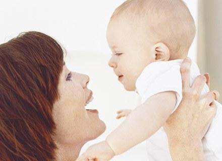 Bliskość ciała mamy daje poczucie bezpieczeństwa dziecku