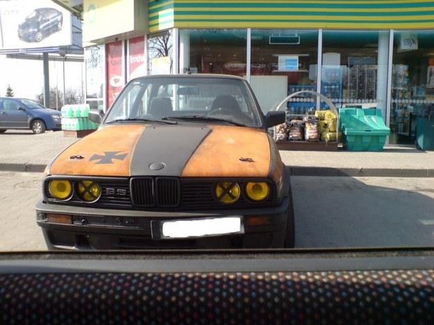 """BMW 3 """"stylizowane"""" na złom."""