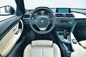 BMW 320d Steptronic Touring: uporządkowana deska rozdzielcza z dobrych materiałów. Fantastyczny system multimedialny z nawigacją i 8,8-calowym ekranem to wydatek 10 976 zł. /Motor