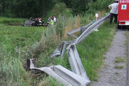 BMW 523 wypadło z drogi, uderzyło w barierę, kilka razy przekoziołkowało i zapaliło się... / kliknij /Policja