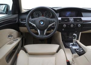 BMW 530d: rzadko spotyka się samochody doposażone w aż tak dużą liczbę opcji jak ten na zdjęciu (auto po liftingu). Jakość wykończenia jest bardzo wysoka, po 200 tys. km nie widać zużycia. /Motor