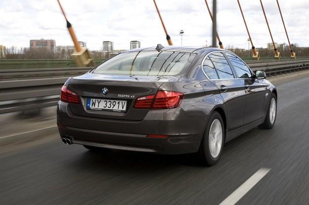"""BMW mocno """"miesza"""" jeśli chodzi o fabryczne oznaczenia. Z początku 525d oznaczało 3-litrowego diesla R6 o mocy (204 KM). Jednak już w 2011 r. ten silnik został zastąpiony 218-konnym dieslem 2.0 biturbo (4 cylindry). Też nazywa się 525d. /Motor"""