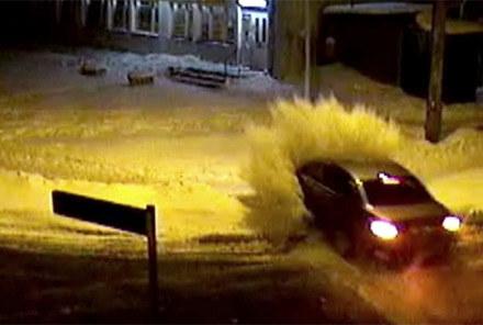 BMW wypada z drogi i rozbija śnieżne zaspy /
