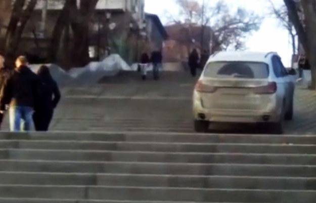 BMW X5 nie ma problemu z wjechaniem do góry po schodach /