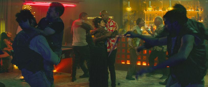 """""""Bodyguard zawodowiec"""": Salma Hayek i Samuel L. Jackson w scenie barowej bójki /Monolith Films /materiały dystrybutora"""