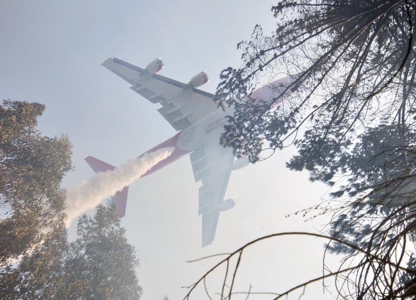 Boeing 747 wykorzystywany podczas gaszenia pożarów. Autonomiczny samolot sprawdziłby się w takiej sytuacji bardzo dobrze /AFP