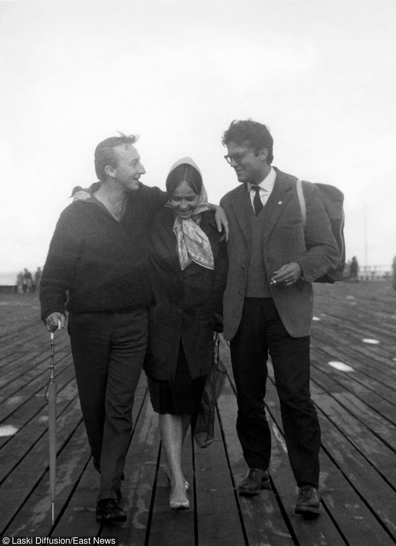 Bogumił Kobiela (L) ze Zbigiewem Cybulskim (P) i jego żoną Elżbietą Chwalibóg (C) na sopockim molo na początku lat 60. /TJ Kubiak / Laski Diffusion /East News