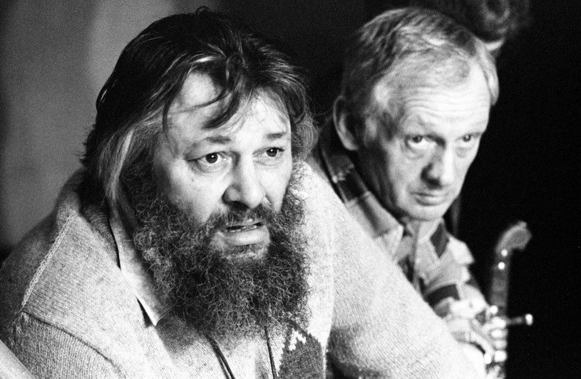 """Bogusz Bilewski i Witold Pyrkosz na próbie spektaklu """"Pan Tadeusz"""" w Teatrze Polskim w Warszawie w 1981 roku /East News"""