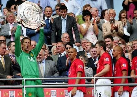 Bohater meczu Edwin van der Sar z trofeum /AFP