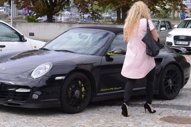 Bohaterka naszego tekstu  przy swoim Porsche /Fot. Mateusz Jagielski /East News
