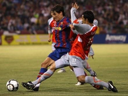Bojan Krkić walczy o piłkę z Amaurym Ponce z Chivas. /AFP
