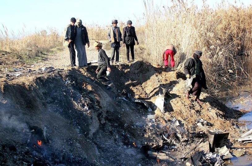 Bojownicy Państwa Islamskiego na miejscu zestrzelenia jordańskiego samolotu /AFP