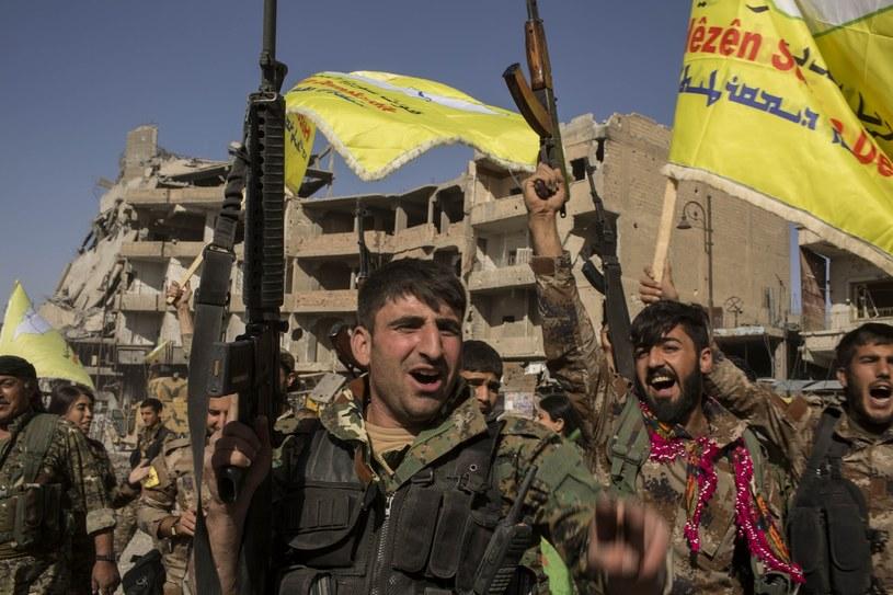 Bojownicy SDF świętują odbicie miasta /Asmaa Waguih /East News