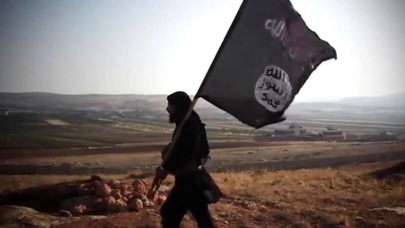 Bojownik z flagą Państwa Islamskiego /YouTube