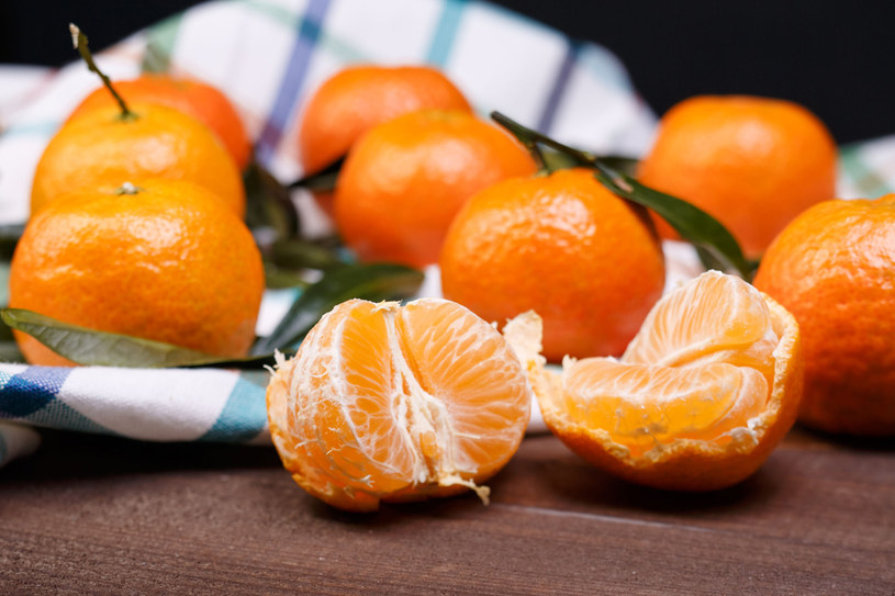 Ból głowy zmniejszy spożycie świeżych soczystych mandarynek oraz wypicie filiżanki kawy kofeinowej /©123RF/PICSEL
