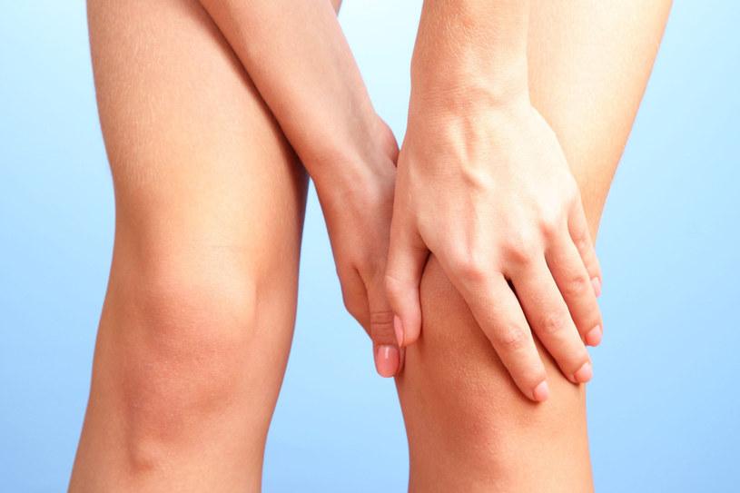 Ból kolana może być zwiastunem groźniejszych chorób /123RF/PICSEL