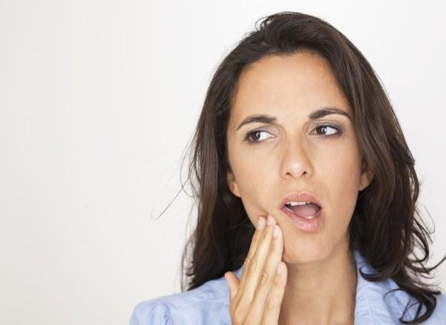Ból zęba może mieć wiele przyczyn, zamiast leczyć się na własną rękę, idź po diagnozę do stomatologa /©123RF/PICSEL