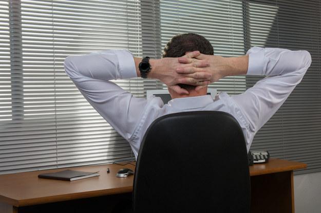 Bóle pleców, zmęczenie oczu, a nawet problemy ze snem to tylko niektóre z dolegliwości doskwierających pracownikom biurowym /123RF/PICSEL