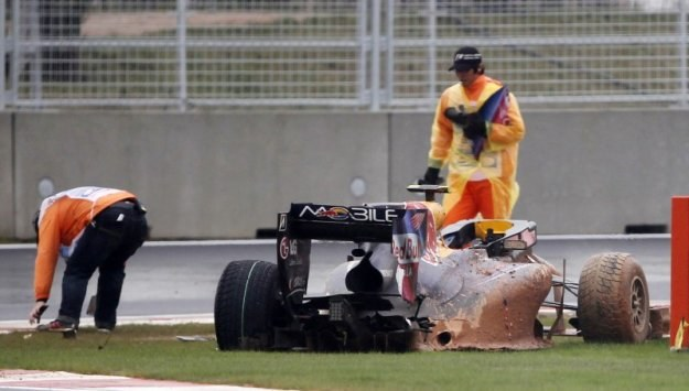 Bolid Marka Webbera roztrzaskał się na części /Agencja FORUM