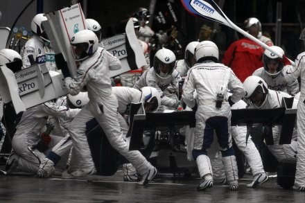 Bolidy BMW Sauber miały dominować, a tymczasem nie są w stanie nawiązać walki z najlepszymi. /AFP