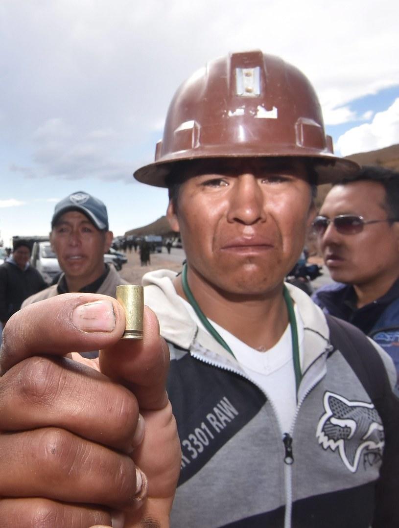 Boliwia; jeden z górników pokazuje łuskę pocisku, która śmiertelnie raniła jego kolegę /PAP/EPA
