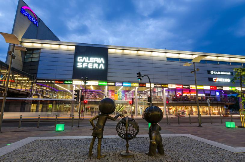 Bolka i Lolka spotkamy na placu przed popularnym wśród mieszkańców centrum handlowym /123RF/PICSEL