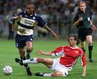 Bonaventure Kalou z Feyenoordu  walczy z Miklosem Salamonem