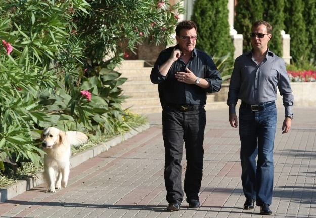 "Bono i Dmitrij Miedwiediew: ""To co z tymi hot dogami?"" /arch. AFP"