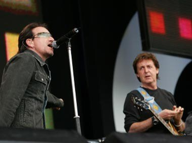 Bono (U2) i Paul McCartney podczas Live 8 /AFP
