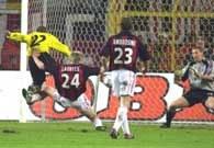 Borussia - AC Milan 4:0. Amoroso (z lewej) strzela drugiego gola dla gospodarzy