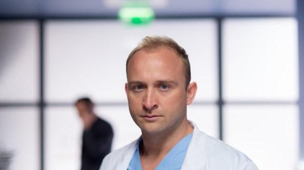Borys Szyc wcieli się w Przemka Karskiego, lekarza, który trafi pod skrzydła Alicji. Możemy się spodziewać, że dr Keller i nowego chirurga połączy coś więcej niż tylko koleżeńska zażyłość... /Piotr Litwic /TVN