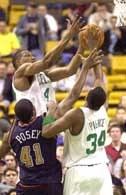 Boston - Denver 95:80. Pod tablicą walczą James Posey, Tony Battie i Paul Pierce.