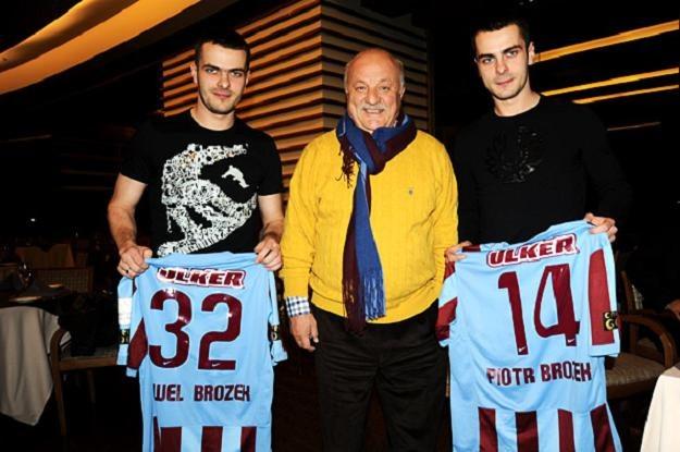 Bracia Brożkowie prezentują koszulki Trabzonsporu - lidera tureckiej Ekstraklasy /